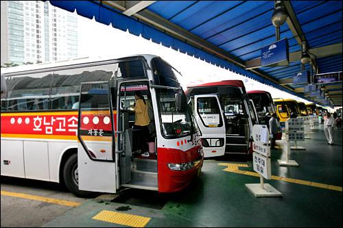 高速バス・市外バス全国各地を結ぶ長距離バス。近距離の場合、途中休憩はありません。