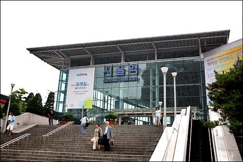 ソウル駅KTXや、水原・天安方面の特急列車に乗車する場合に利用。地下鉄1・4号線、京義線、空港鉄道A'REXも利用できます。