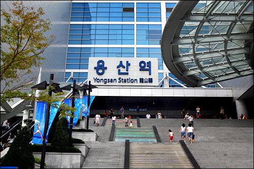 龍山駅地下鉄1号線の急行列車の始発駅。仁川方面の急行は約15分間隔で、水原・天安方面は約1時間間隔で運行しています。