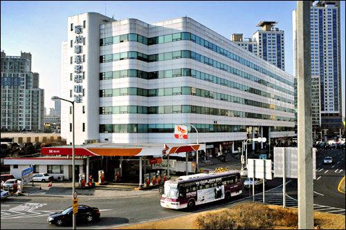 東ソウル総合バスターミナル高速バスと市外バスの2種類があり、市外バスの切符は1階で、高速バスの切符は2階で購入します。