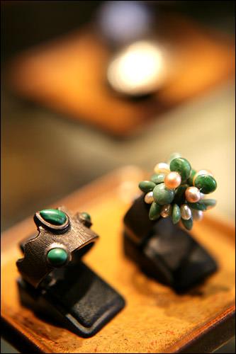 指輪 各180,000ウォン左:孔雀石が入っている右:ビーズと真珠が混ざっている。