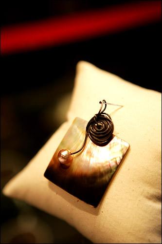 ペンダント 45,000ウォン螺鈿に真珠のワンポイント。