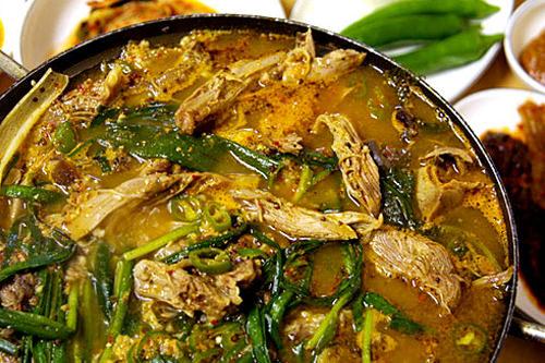ネギやニラなど香味野菜と煮込む