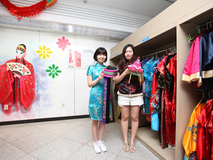 中国衣装の試着コーナー