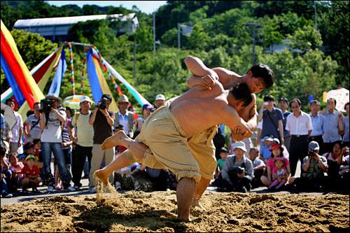 シルム(韓国相撲)は端午に伝わる代表的な遊戯