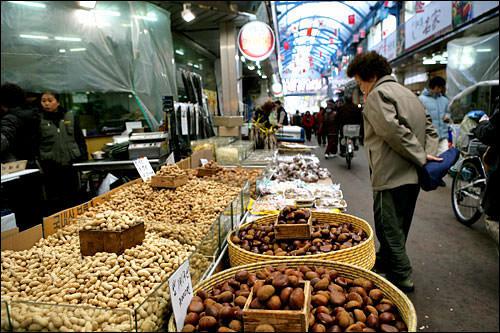 クルミや落花生など殻のある果実を食べる習慣もある