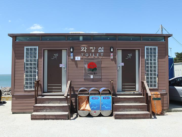 浜辺に設けられたトイレ