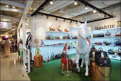 Lapalette(ラパレット)革素材のバッグが20~30代の女性に支持を得ている韓国ブランド。