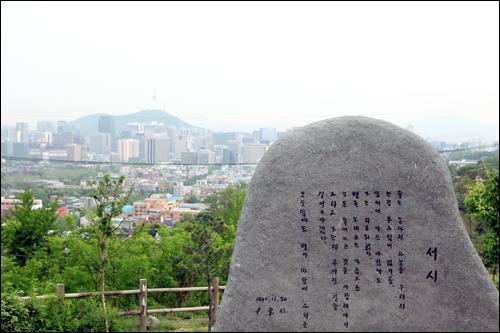 清雲公園(地図赤5)地元の人たちの憩いの場所、清雲(チョンウン)公園。ソウル市内を一望できるこの場所は、ソウルタワーも見え、夜のデートスポットにもぴったり。詩人、尹東柱(ユン・ドンジュ)の詩碑もあります。