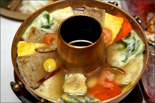 石坡廊韓国庭園が広がる敷地内で、高級韓定食(ハンジョンシッ)を満喫。世界各国から人々が訪れる有名店です。
