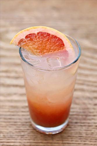 グレープフルーツエード8,000ウォン※7~10月の夏季限定微炭酸がきいているすっきりとした味わいのグレープフルーツエード。フルーツの果肉が入った爽やかな後味が、夏にオススメの一品です。