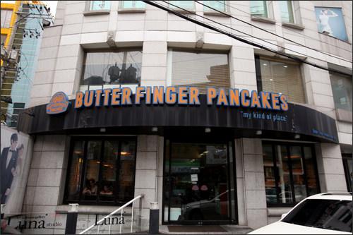 清潭洞BUTTER FINGER PANCAKESアメリカンスタイルの多様なワッフルメニューで行列ができる店。K-POPスターも夜に来店するとか!スター来店情報:少女時代、KARA、Wonder Girls、After School、JYJ(ジュンス)