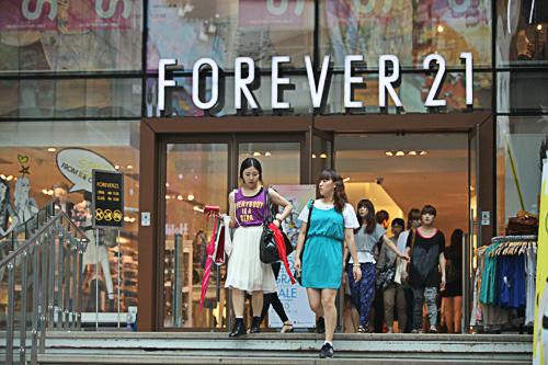 FOREVER21LA発のカジュアルブランド。M PLAZAの1~3階に位置。【ホテルから徒歩5分】