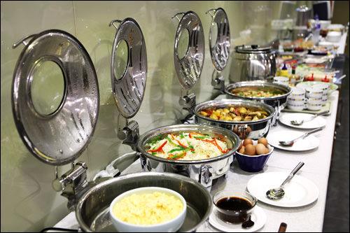 朝食ビュッフェサラダ、パン、ご飯、おかず、フルーツなど多彩なラインナップで朝から大満足。【ホテル内】