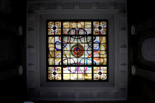 ドームの下のステンドガラス