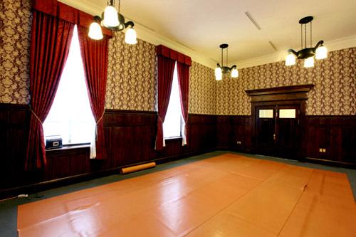 複数のドアがある随行員室