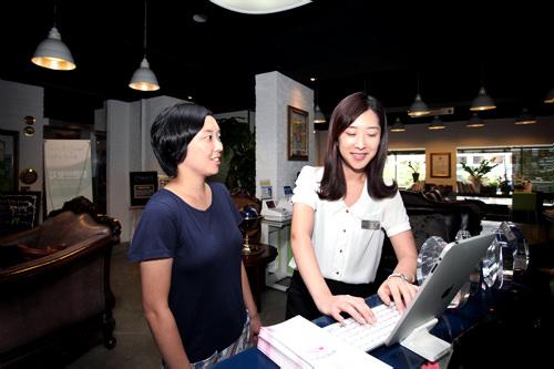 2.氏名・連絡先登録日本語スタッフが氏名や連絡先などを登録・確認。