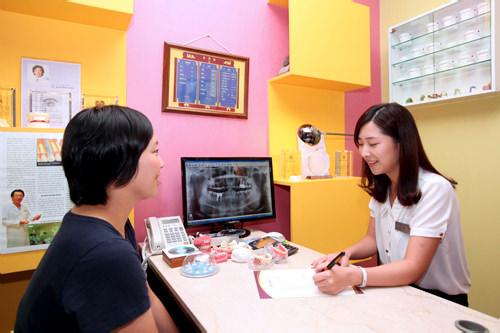 5.カウンセリング(治療内容決定)初診の結果と撮影したレントゲン写真を基に、最も適切な治療法を日本語スタッフと相談・決定します。