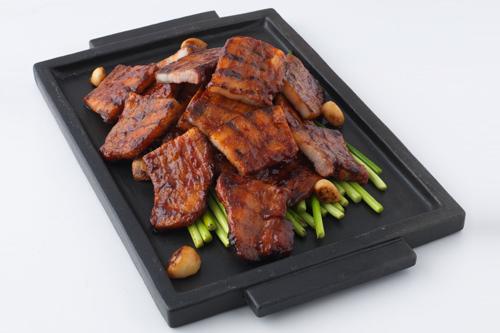 サムギョプサルの辛味噌炒めコチュジャン(韓国辛味噌)とサムギョプサル(豚の三枚肉)のベストコラボを堪能あれ提供:ビビゴ季節パッサン