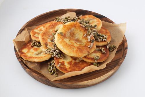 種ホットク(シアッホットッ)1度は食べておきたい韓国の定番屋台おやつ・ホットクも店内で手作り。できたてをいただけます提供:ビビゴ季節パッサン