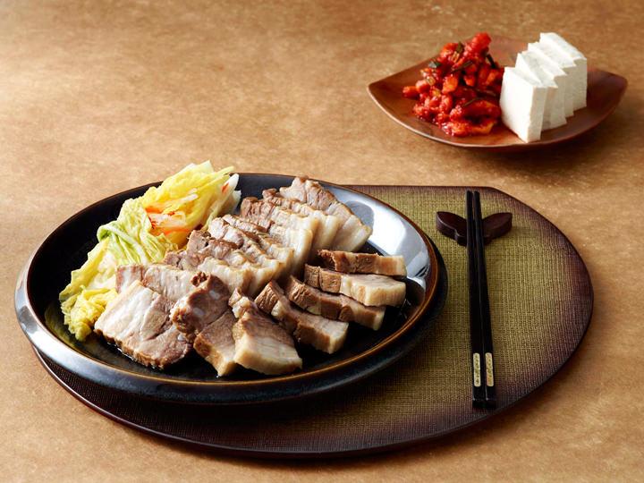 山菜と豆腐のポッサムポッサム(茹で豚)と三菜のナムル、豆腐を一緒にぱくり。おいしく交わる味と食感を楽しんで提供:自然別曲