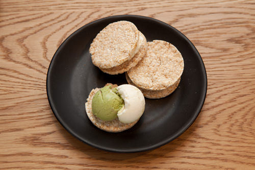 アイスもなかバニラ、緑茶など好みのアイスを選んでサンド