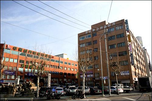 長安坪古美術商街(右が松和ビル、左が宇成ビル)