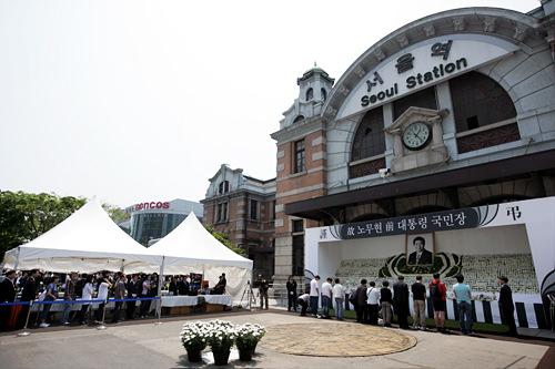 ソウル駅に置かれた献花台