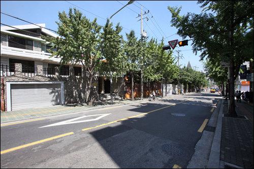 大使館が集まる閑静な住宅街、大使館通り