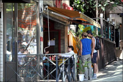 トッソダン通りにはオープンテラスのカフェがたくさん