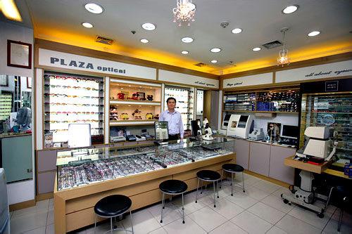 アンギョンマンドゥルギ(旧プラザメガネ) 店主は日本の眼鏡光学士。地下商店街にあり雨でも買い物を楽しめます。