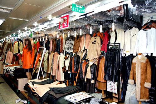 東明社(東大門)1970年オープンの老舗レザー店。雑誌の切り抜きなど、希望するデザインの持込みもOKです。