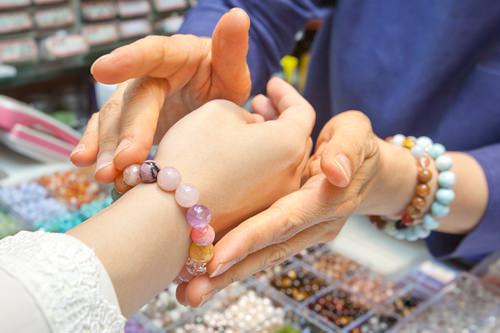 玉ちゃんの水晶社世界に1つだけのパワーストーンブレスレットが作れる店。パワーストーンを知り尽くす専門家が相談に乗ってくれます。
