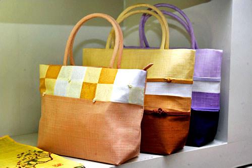 セロバン個性的で可愛らしい伝統工芸品ショップ。色やサイズを変えて注文可能。