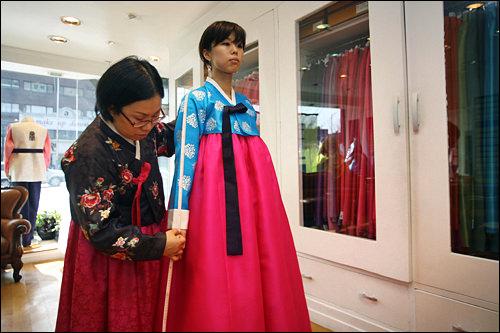 名家韓服梨大(イデ)エリアのウェディング通りにある老舗韓服店。ベーシックなデザインなら2~3日で制作可能。