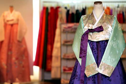 ファングムパヌル 本店梨大にある韓服専門店。伝統からフュージョンスタイルまで多様な最新韓服が並びます。