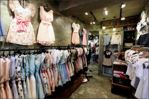 ワンピース専門店「a dress(Rococo)」(地図番号:青4)