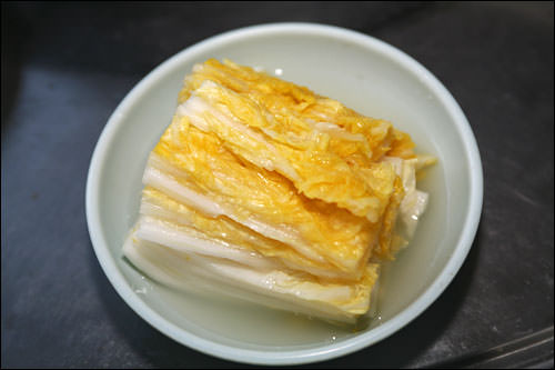 古くから食べられてきた白キムチ。辛くなく、ほのかな塩気と酸味で、さっぱりした味わい。