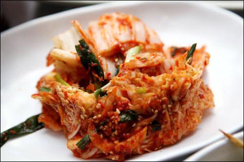 唐辛子粉をはじめ、生姜、にんにく、ねぎといった薬味が入る現代のキムチ