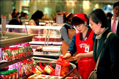市販のキムチを購入する主婦が増えている。キムジャンの材料費や手間を考えると、むしろ経済的という声も…。