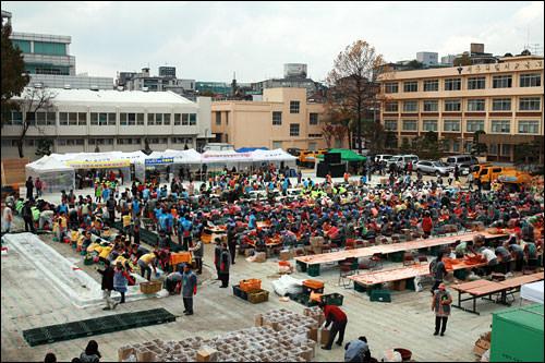 毎年各地で開催されるキムジャンイベント。運動場や広場を会場に何千株というキムチがボランティアによって漬けられる。