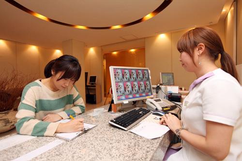 1.問診3階の受付で日本語チャートを作成します(これをもとに院長先生が診察)。