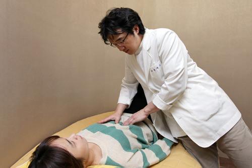 3.韓方体質検査・診断院長先生の診察では、胃の状態と脈をチェックし、全体的なカウンセリングを行ないます。