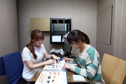 4.治療プログラムの相談診断をもとに、別室で日本語コーディネーターから治療の案内を受けます。プログラムについて希望があれば、この時によく相談しましょう。