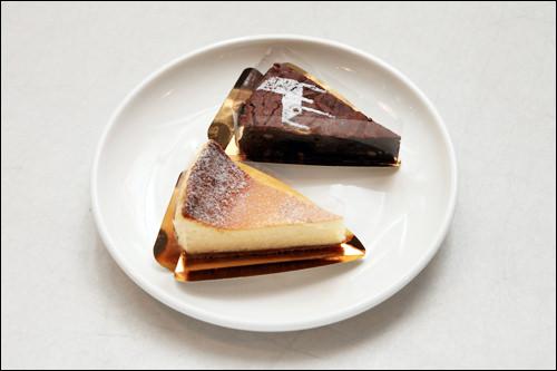 (上) チョコブラウニー5,500ウォン (下) アイスクリームチーズケーキ 5,500ウォン