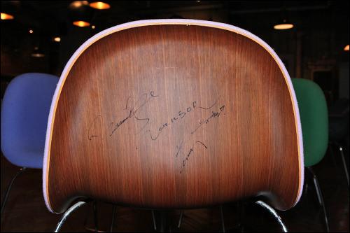 JYJのメンバーユチョンのサインが入った椅子