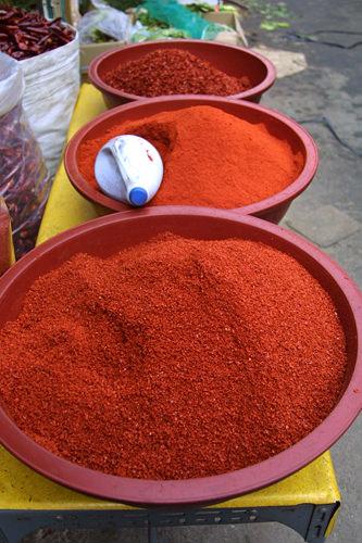 唐辛子は粗引き・中間・粉末の3種類。粗引きは白菜キムチに、中間程度はカクテギ(大根キムチ)と、料理によって使い分けられる。