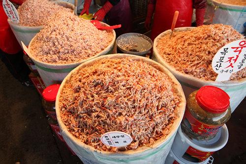 キムチに塩気とうまみを与えるアミエビの塩辛。6月に水揚げされたエビで作るユッジョッは、身がぷりぷりとして最上級品とされる