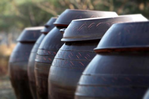 キムチを貯蔵するハンアリは、別名「息をする器」。表面に微細な空気孔があり、キムチの発酵を助ける。
