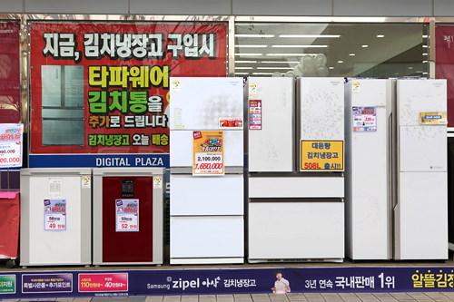 家電メーカー各社から出ているキムチ冷蔵庫。サイズによって価格帯も幅広い。